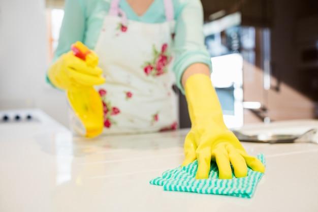 Kobieta czyszczenia blatu kuchennego Darmowe Zdjęcia