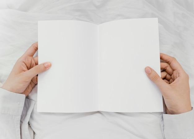 Kobieta Czyta Książkę Sama Darmowe Zdjęcia