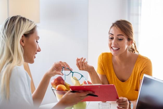 Kobieta dietetyk udzielając konsultacji z pacjentem Premium Zdjęcia