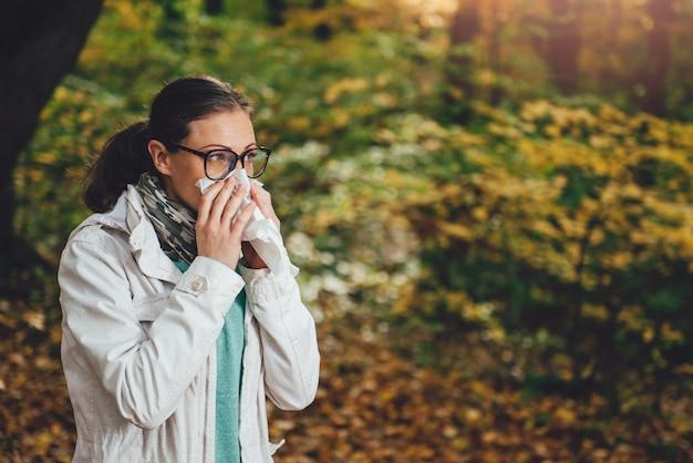 Kobieta dmuchanie nosa Premium Zdjęcia