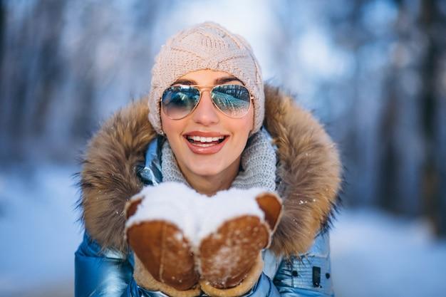 Kobieta Dmuchanie śniegu Z Rękawiczki Darmowe Zdjęcia