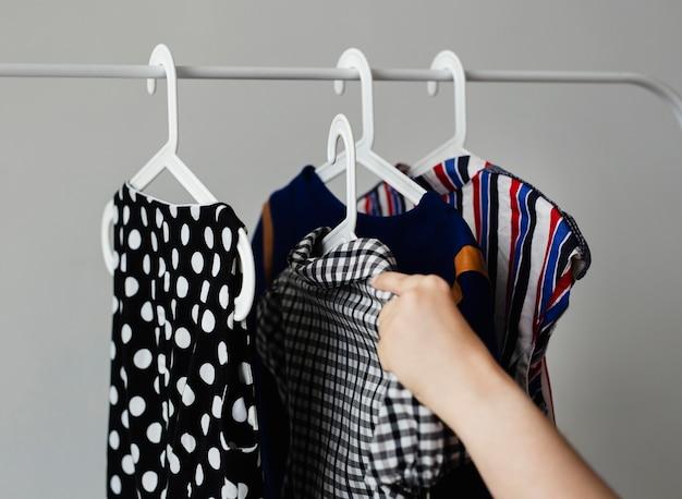 Kobieta Dodaje Ubrania Do Sprzedaży Wieszaka Na Ubrania Darmowe Zdjęcia