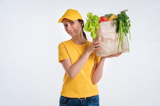 Kobieta Dostawy żywności Pracownik Z Pakietem żywności Darmowe Zdjęcia