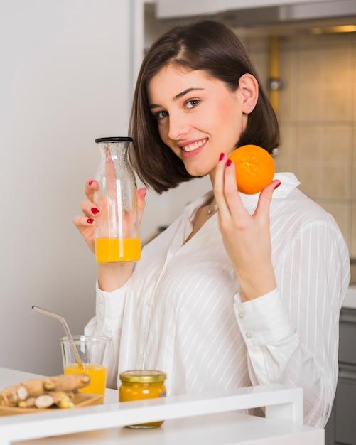 Kobieta Dumna Z Domowego Soku Pomarańczowego Darmowe Zdjęcia