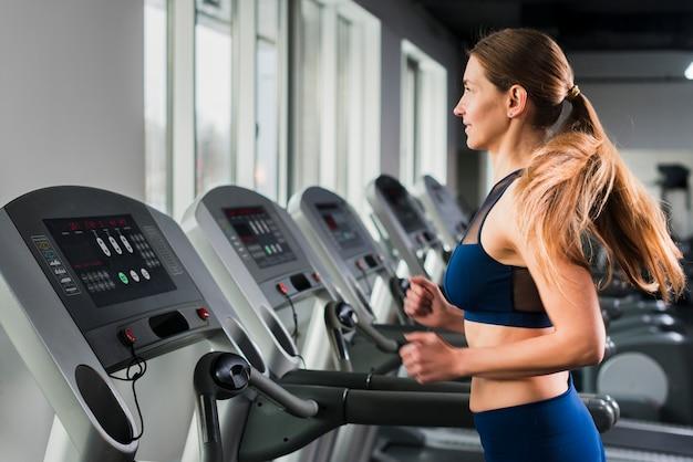 Kobieta działa w siłowni Darmowe Zdjęcia