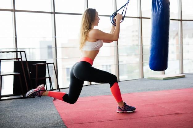 Kobieta Fitness Trening Z Paskami Trx Fitness W Siłowni Darmowe Zdjęcia