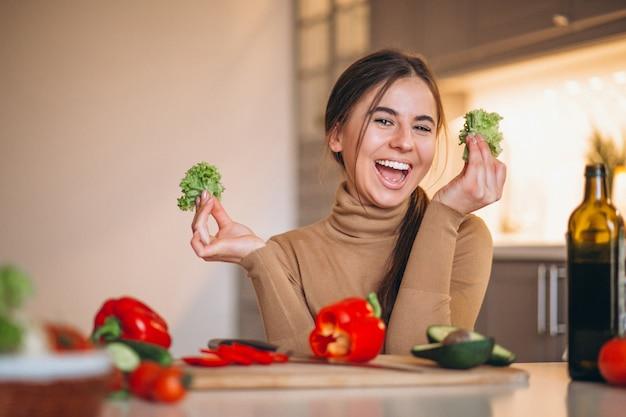 Kobieta gotowania w kuchni Darmowe Zdjęcia