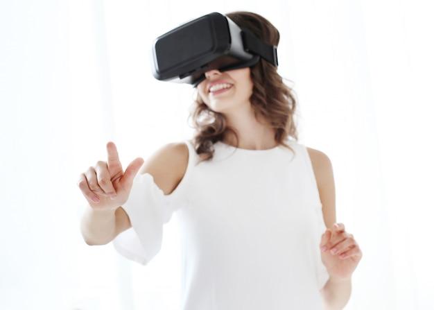 Kobieta Grająca W Wirtualną Rzeczywistość Darmowe Zdjęcia