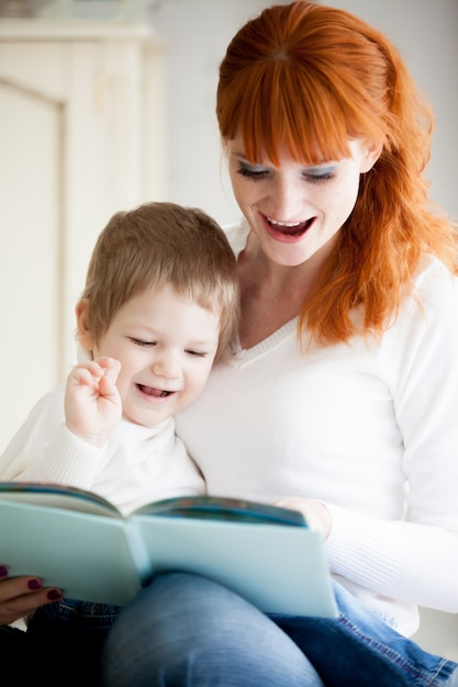 Kobieta i dziecko uśmiecha Darmowe Zdjęcia
