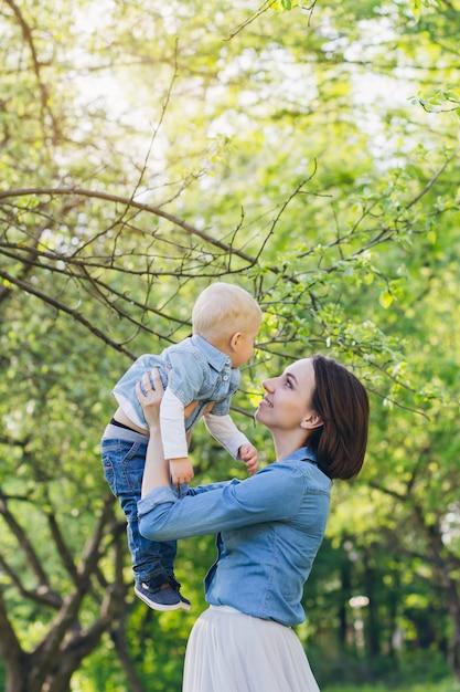 Kobieta I Jej Syn Odpoczywają W Ogrodzie Letnim Premium Zdjęcia