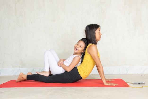 Kobieta i jej urocza córeczka robi joga Darmowe Zdjęcia