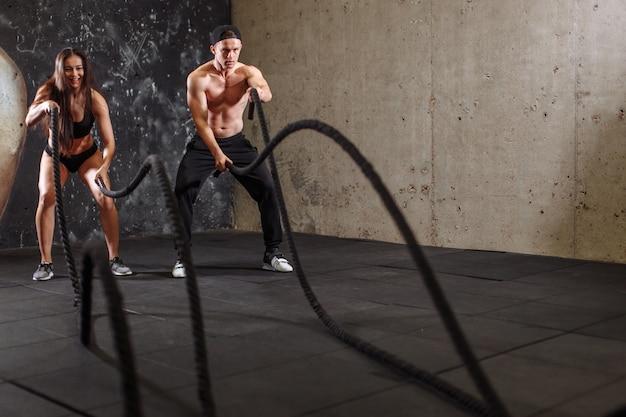 Kobieta I Mężczyzna Para Szkolenia Razem Robi Walczy Treningu Liny Premium Zdjęcia