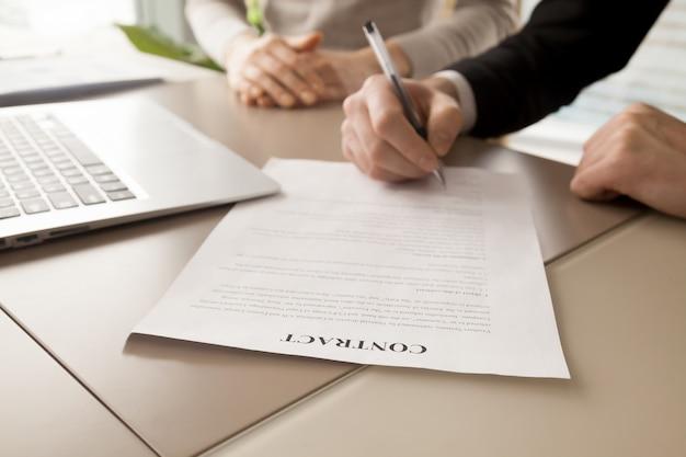 Kobieta i mężczyzna partnerów biznesowych, podpisanie umowy Darmowe Zdjęcia