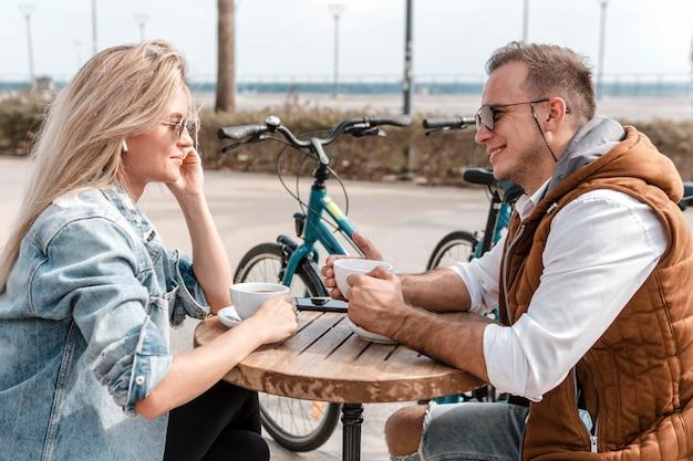 Kobieta I Mężczyzna Rozmawiają Obok Rowerów Darmowe Zdjęcia