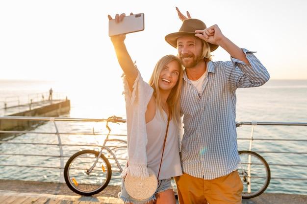 Kobieta I Mężczyzna W Miłości, Podróżowanie Na Rowerach Na Morzu Zachód Słońca Darmowe Zdjęcia