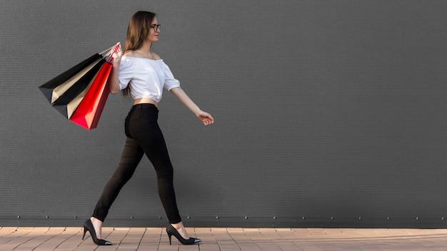 Kobieta I Torby Na Zakupy Kopia Przestrzeń Darmowe Zdjęcia