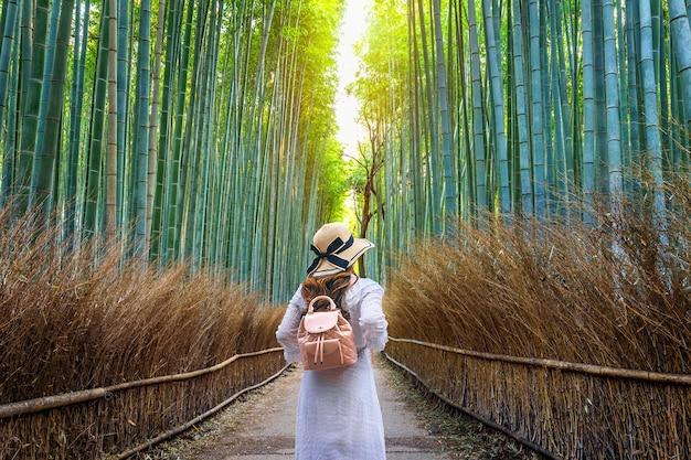 Kobieta Idzie W Bamboo Forest W Kioto, Japonia. Darmowe Zdjęcia