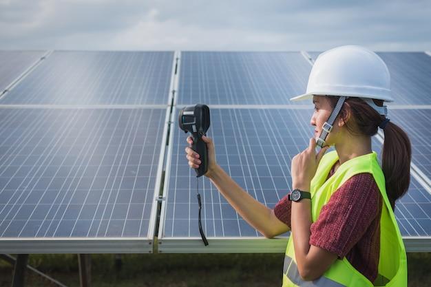 Kobieta Inżynier Używa Termicznego Imager Sprawdzać Temperatury Upał Panel Słoneczny Premium Zdjęcia