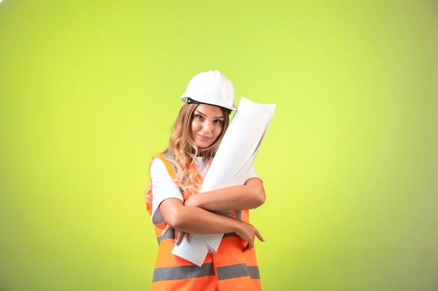 Kobieta Inżynier W Kasku I Sprzęcie, Trzymając Plan Budowy. Darmowe Zdjęcia