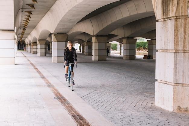 Kobieta Jazdy Rowerem Pod Mostem Darmowe Zdjęcia
