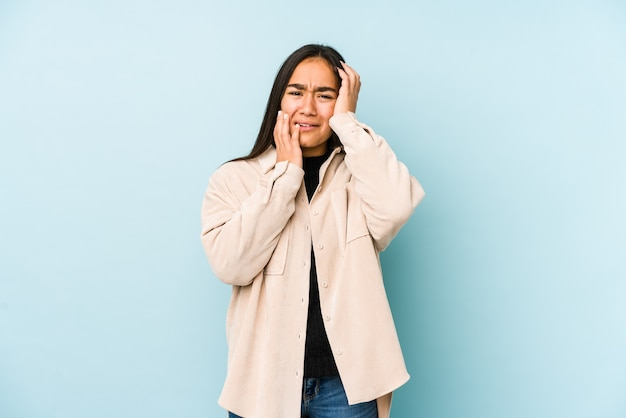 Kobieta Jęczy I Płacze W Studio Premium Zdjęcia