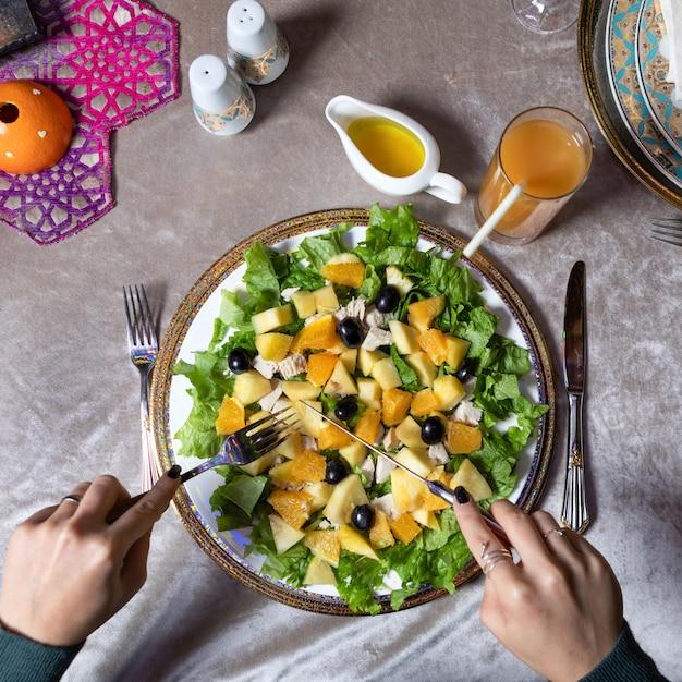 Kobieta Jedzenie Smaczne Sałatki Z Dyni Widok Z Góry Premium Zdjęcia