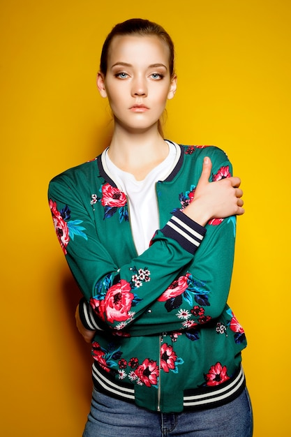 Kobieta Jest Ubranym Bombowiec Z Kwiatów Pozować Premium Zdjęcia
