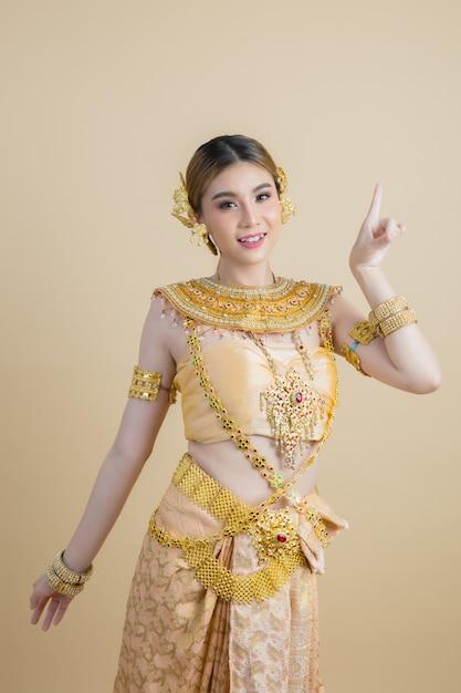 Kobieta jest ubranym typową tajlandzką suknię Darmowe Zdjęcia