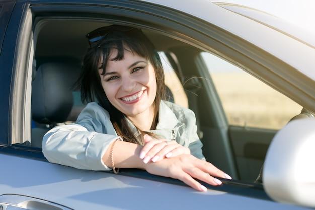 Kobieta Kierowca Z Pięknym Uśmiechem I Białymi Zębami., Premium Zdjęcia