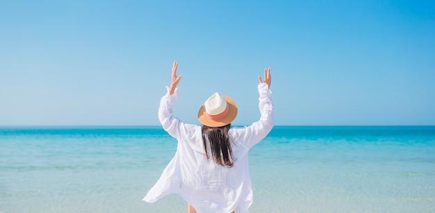 Kobieta Kłaść Na Plaży Cieszy Się Wakacje Letnich Patrzeje Morze Premium Zdjęcia