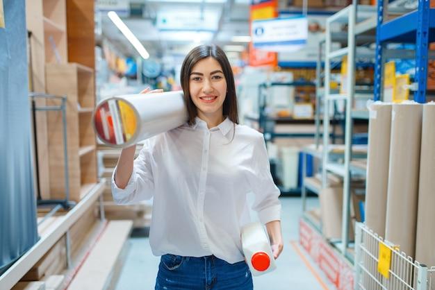 Kobieta Konsument Kupuje Tapety W Sklepie Z Narzędziami. Premium Zdjęcia