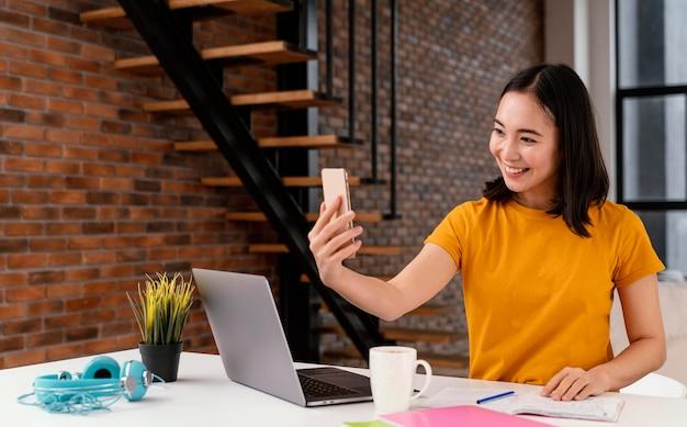 Kobieta Korzystająca Z Telefonu Podczas Zajęć Online Darmowe Zdjęcia