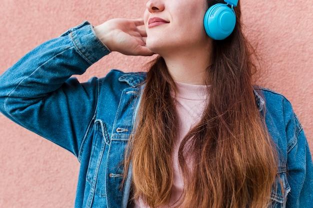 Kobieta Korzystających Muzyki Na Słuchawkach Darmowe Zdjęcia