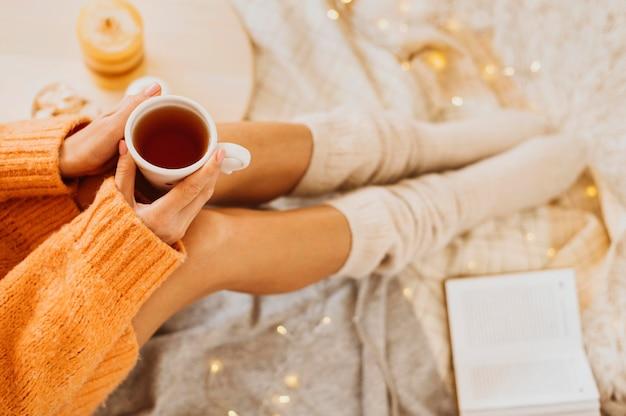 Kobieta Korzystających Z Ferii Zimowych Przy Filiżance Herbaty Darmowe Zdjęcia