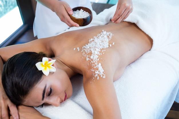 Kobieta Korzystających Z Masażu Peeling Solny Premium Zdjęcia