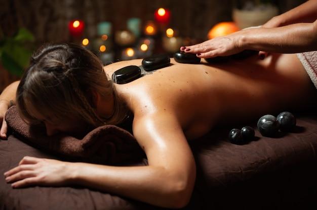 Kobieta Korzystających Z Relaksującego Masażu Pleców W Centrum Spa Kosmetologii. Premium Zdjęcia