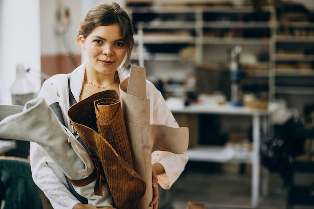 Kobieta Krawiec Pracujący Na Skórzanej Tkaninie Darmowe Zdjęcia