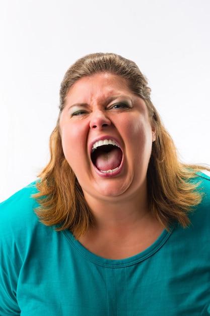 Kobieta krzyczy głośno Premium Zdjęcia