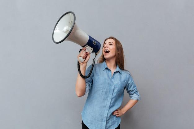 Kobieta Krzyczy W Megafonie Darmowe Zdjęcia