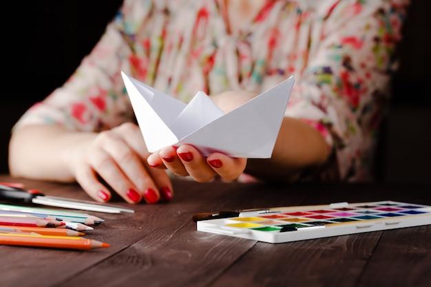 Kobieta Kształci Origami Premium Zdjęcia
