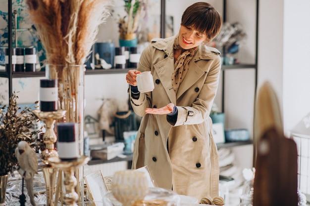 Kobieta Kupuje Rzeczy W Sklepie Z Dekoracjami Darmowe Zdjęcia
