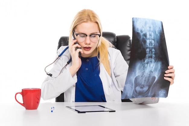 Kobieta Lekarz W Białym Płaszczu Uważnie Studiuje Rtg Premium Zdjęcia