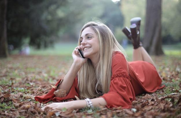 Kobieta Leży Na Poszyciu Lasu I Rozmawia Przez Telefon Darmowe Zdjęcia