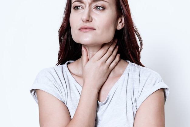 Kobieta Ma Ból Gardła. Grymas Na Jego Twarzy. Premium Zdjęcia