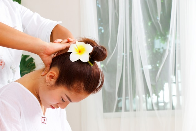 Kobieta ma masaż szyi w stylu tajskim Premium Zdjęcia