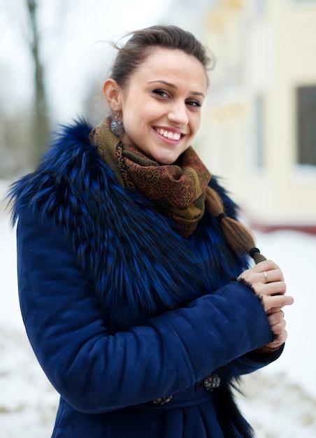 Kobieta Ma Na Sobie Płaszcz Zimowych W Zimnej Ulicy Darmowe Zdjęcia