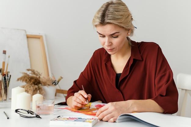 Kobieta Maluje Akwarelami Na Papierze Darmowe Zdjęcia