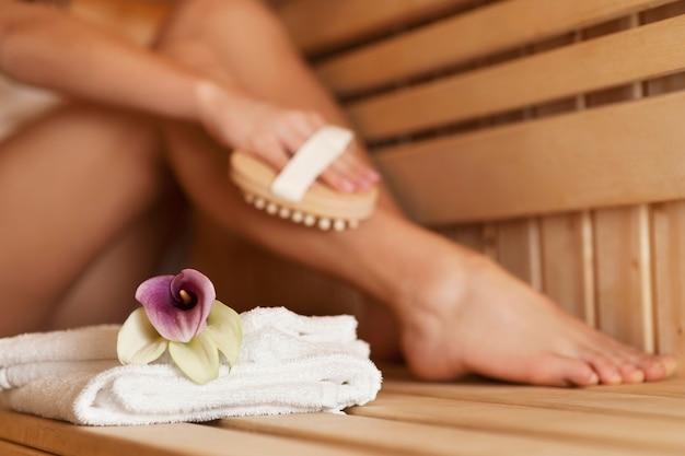 Kobieta Masuje Nogę W Saunie Darmowe Zdjęcia