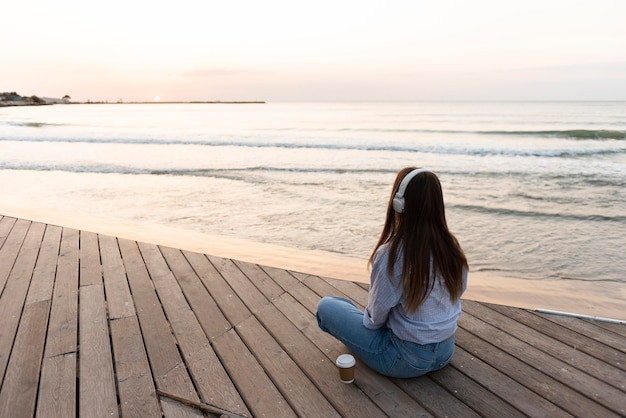 Kobieta, Medytując Na Plaży Premium Zdjęcia