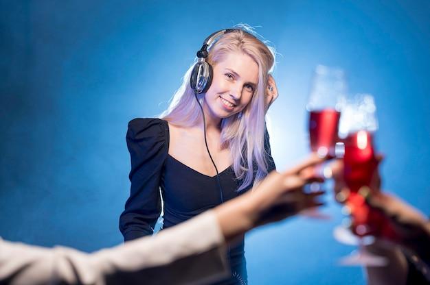 Kobieta Miksowania Muzyki Na Imprezę Darmowe Zdjęcia